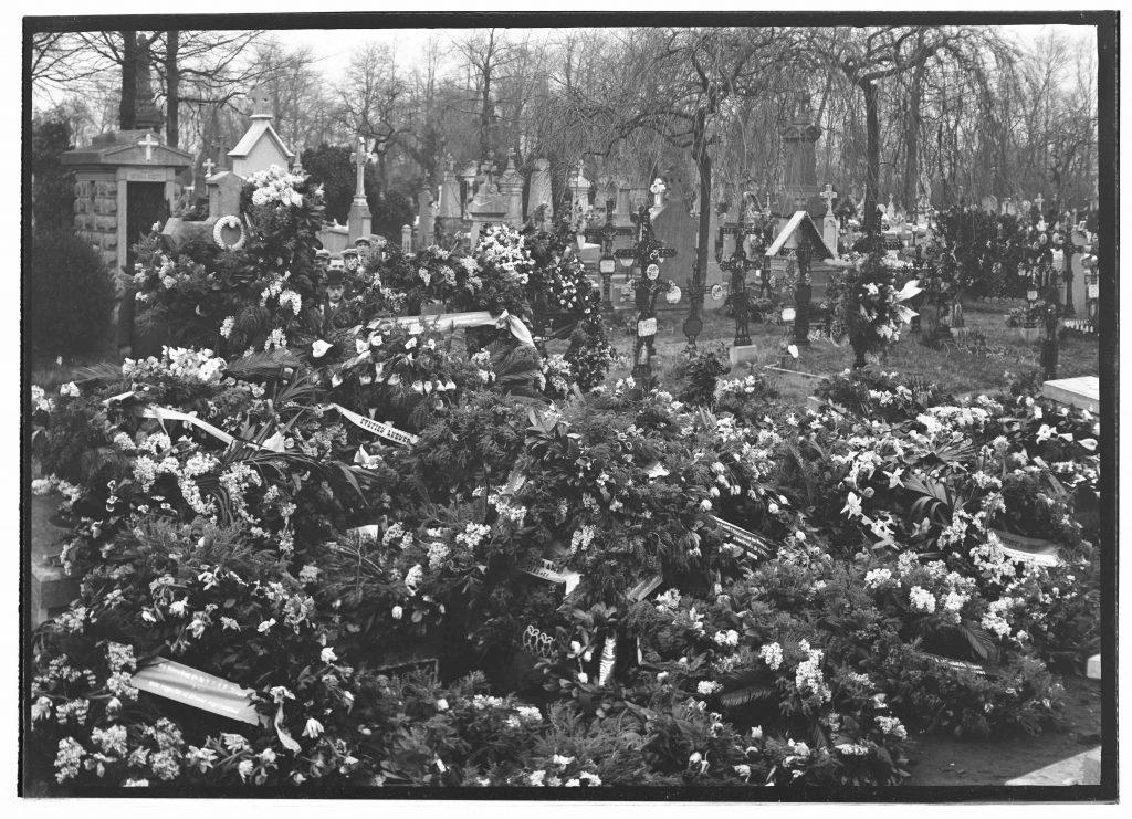 101 rouwkransen op de burgerlijke begrafenis van Albert Dyserynck.  (Foto A. Bruselle, Stadsarchief Brugge)